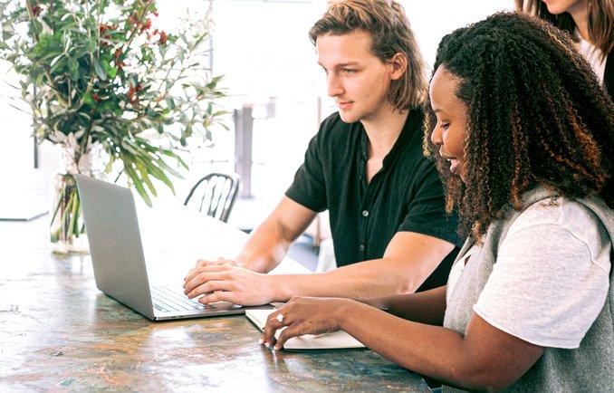 Zwei Junge Menschen arbeiten zusammen