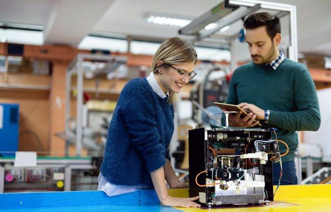 Zwei junge Menschen bei der Entwicklung einer Idee