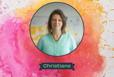 Portrait von Christiane Jonietz auf einem bunten Hintergrund
