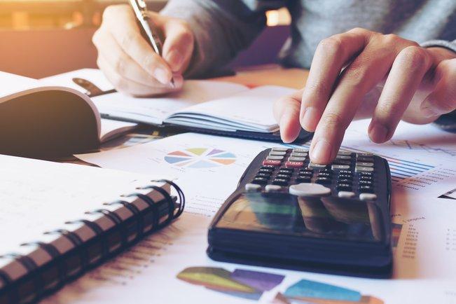 Gründer bei der Kalkulation des Geschäftsmodells