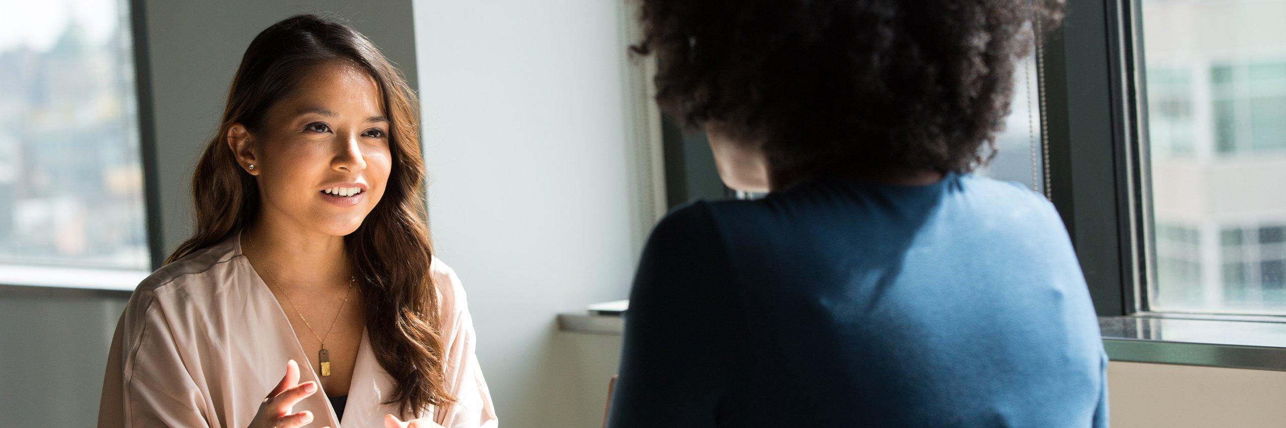 Eine junge Frau wird gecoachet
