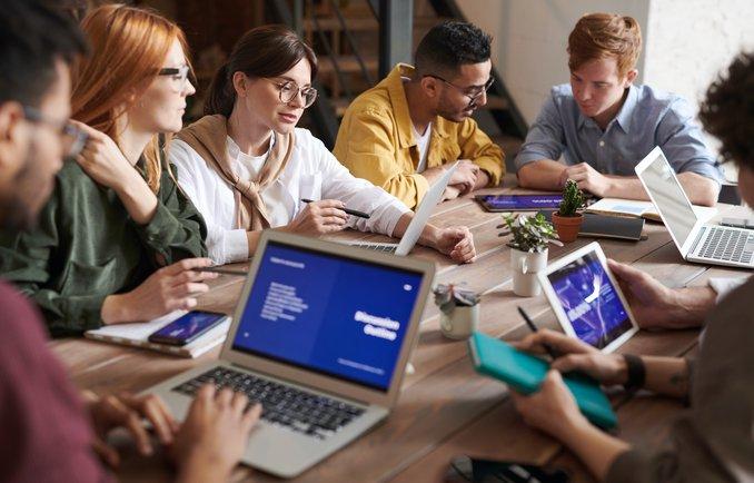 [Translate to English:] Eine Gruppe junger Menschen beim Co-Working