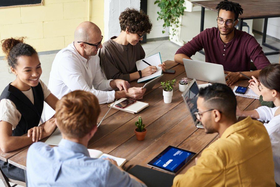 Eine Gruppe junger Menschen beim lernen
